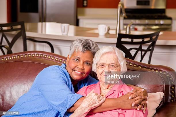 Porträt von zwei senior Erwachsene Frauen Freunden. Betreutes wohnen.