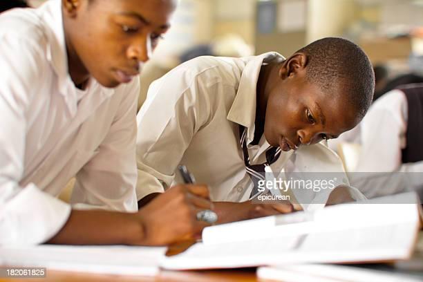Portrait de deux garçons Étudiant en Afrique du sud rural configuration salle de classe