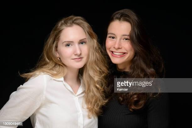 porträt von zwei teenager-mädchen - kemter stock-fotos und bilder