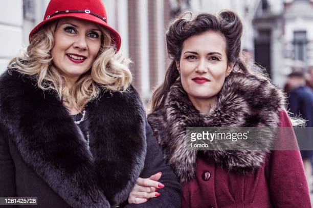 portret van twee uitstekende gangstervrouwen in een oude stad - 's hertogenbosch stockfoto's en -beelden