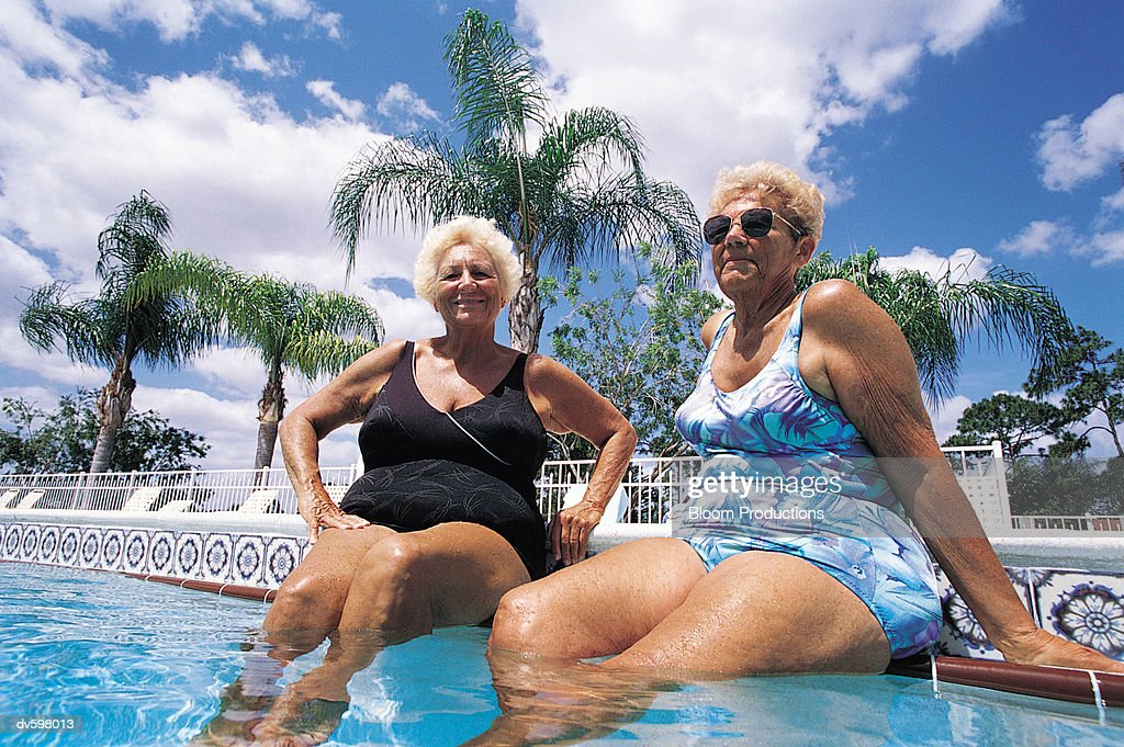 Bilder von alten Damen in Badeanzügen
