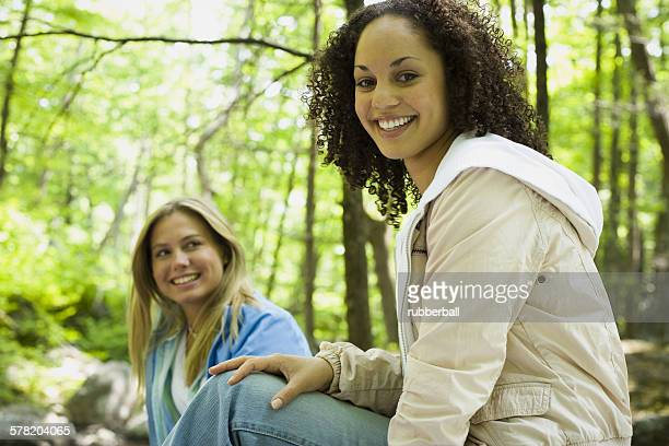 portrait of two young women smiling - freundschaft stock pictures, royalty-free photos & images