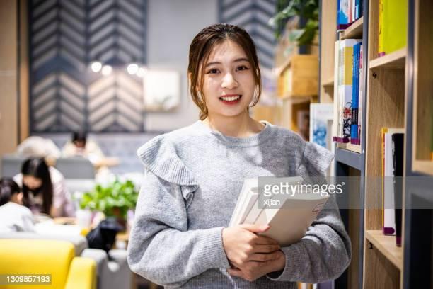図書館の大学生の肖像 - 女子大生 ストックフォトと画像