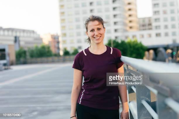 portrait of urban fitness enthusiast - sportlerin stock-fotos und bilder