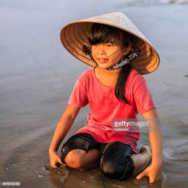 Portrait d'une fillette vietnamienne sur la plage, Vietnam