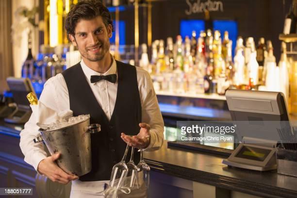 Porträt eines gut gekleideten Barkeeper holding Champagner