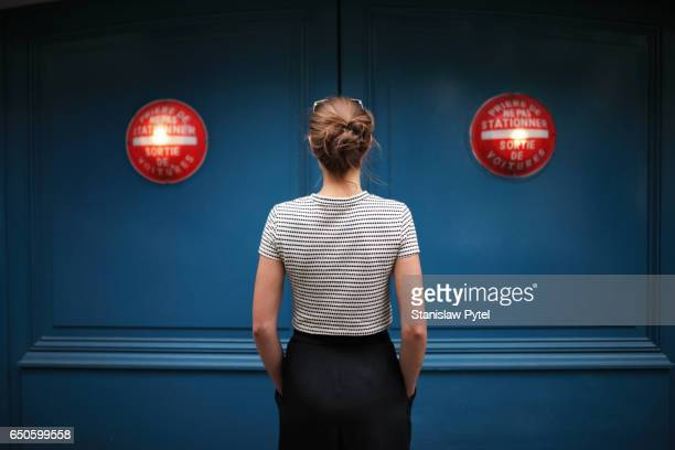 portrait of woman against blue wall with red lights - pantalon noir photos et images de collection