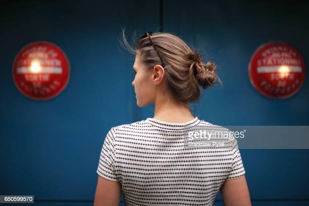 portrait of woman against blue wall with red lights - vista traseira - fotografias e filmes do acervo