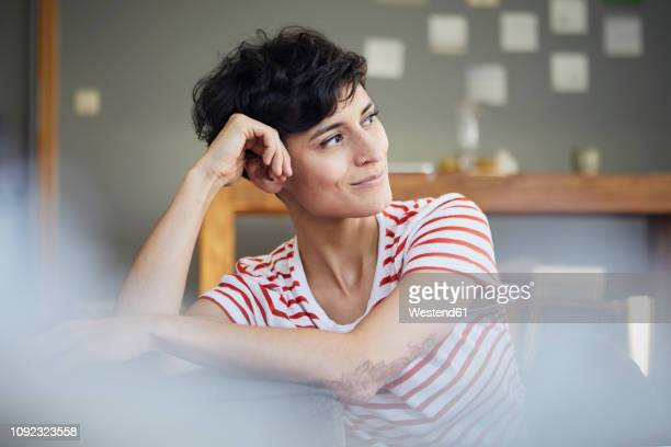 portrait of woman at home thinking - variable schärfentiefe stock-fotos und bilder