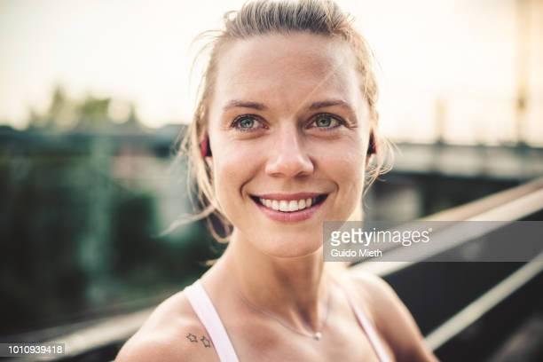 portrait of woman before freeletics fitness workout. - 30 34 jahre stock-fotos und bilder