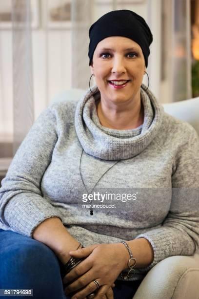 Porträt der Frau Krebspatient lächelnd und Blick in die Kamera.