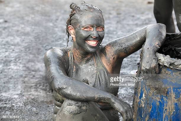 portrait of woman covered in therapeutic mud, dead sea, israel - israeli woman stock pictures, royalty-free photos & images