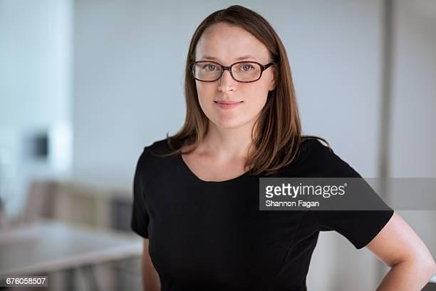 portrait of woman creative designer in office - t shirt preta imagens e fotografias de stock