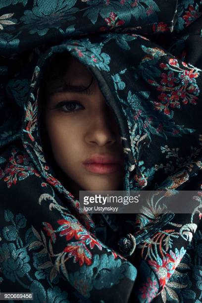 portrait of woman face surrounded by flowers - haute couture stockfoto's en -beelden
