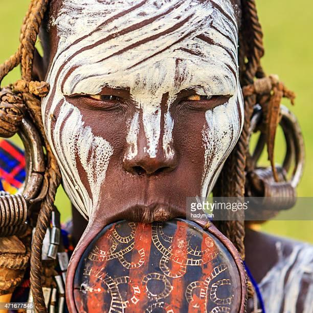 retrato de mujer de tribu mursi, etiopía, áfrica - tribu mursi fotografías e imágenes de stock