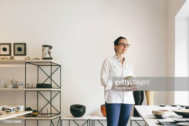 porträt der galeristin, stolz auf ihre arbeit - kunsthändler stock-fotos und bilder
