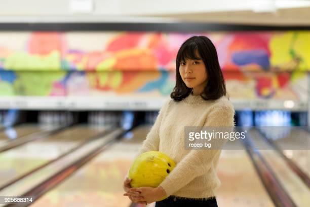 ボーリング場での女性の肖像画 - ボーリング場 ストックフォトと画像