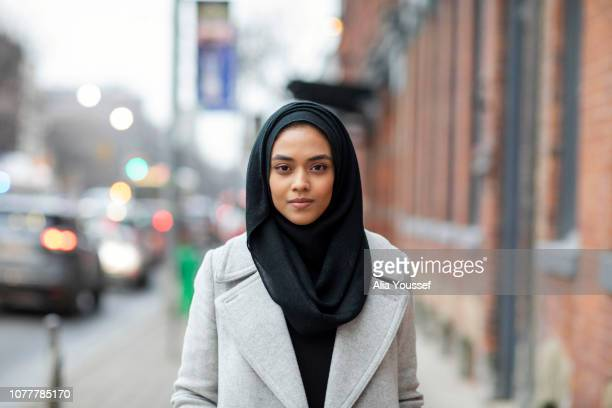 portrait of woman in city - vestimenta religiosa - fotografias e filmes do acervo