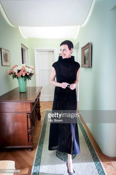 portrait of woman in evening gown - avondjurk stockfoto's en -beelden