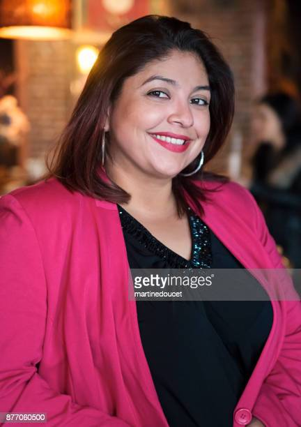 """retrato de mujer con ropa elegante casual en un bar. - """"martine doucet"""" or martinedoucet fotografías e imágenes de stock"""