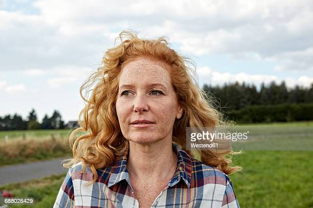portrait of woman in the countryside - 40 44 years woman caucasian stock pictures, royalty-free photos & images