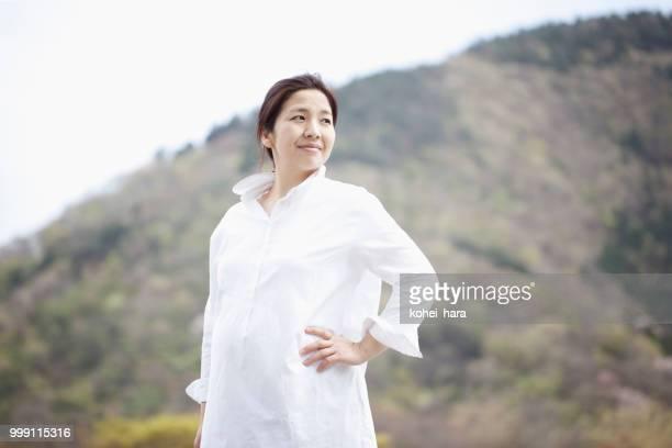 山での女性の肖像画