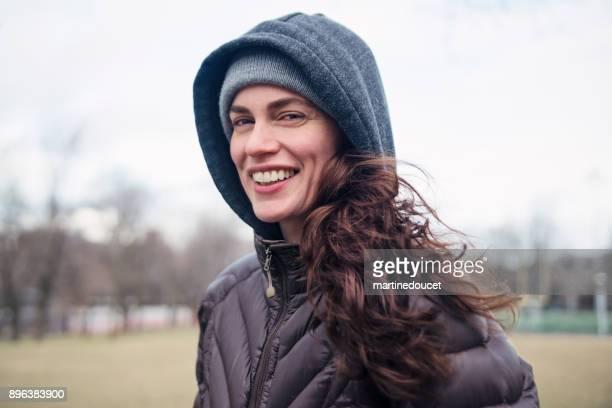 Porträt der Frau im öffentlichen Stadtpark im Winter Joggen.