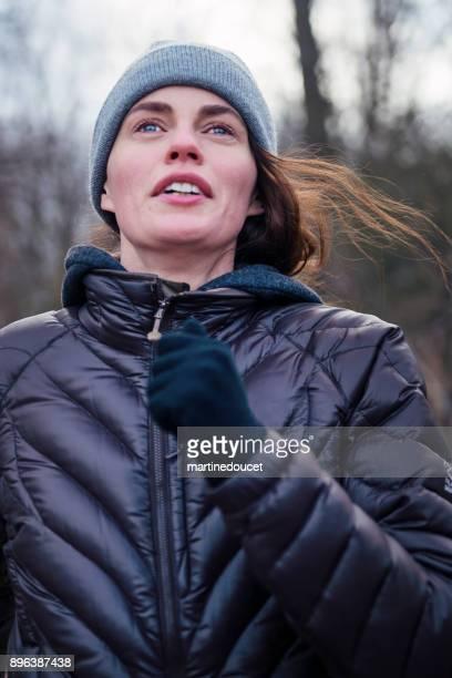 """retrato de mujer de trotar en el parque público de la ciudad en invierno. - """"martine doucet"""" or martinedoucet fotografías e imágenes de stock"""