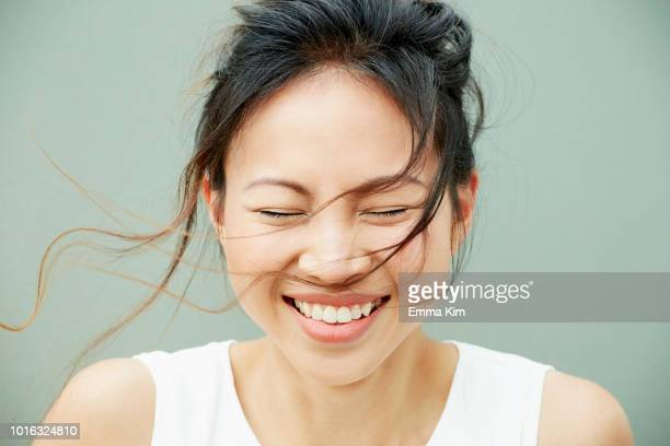 portrait of woman laughing - glimlachen stockfoto's en -beelden