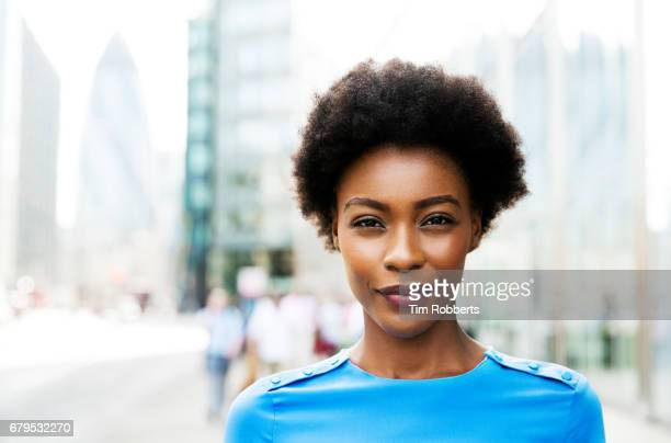 portrait of woman looking at camera - belle femme noire photos et images de collection
