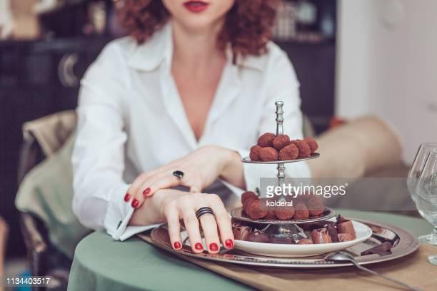 portrait of woman next to handmade chocolate - wit hemd stockfoto's en -beelden