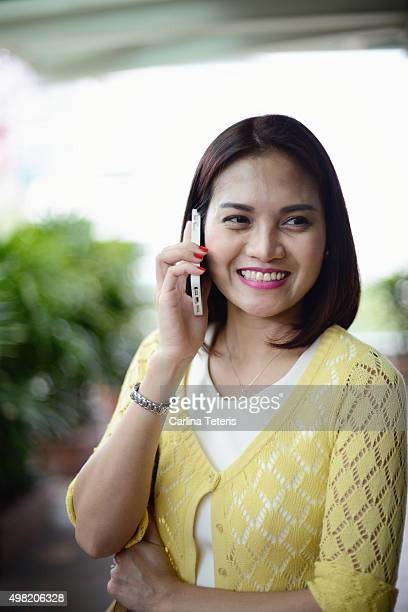 portrait of woman on her handphone - filipino ethnicity and female not male stock pictures, royalty-free photos & images