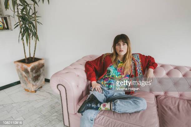 portrait of woman on her sofa - showus stock-fotos und bilder
