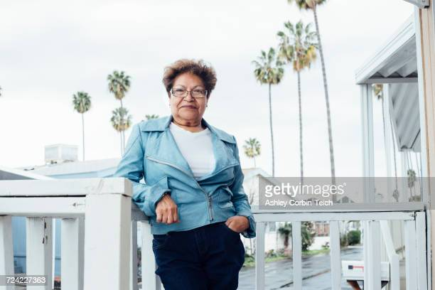 portrait of woman on porch looking at camera smiling - anaheim californië stockfoto's en -beelden