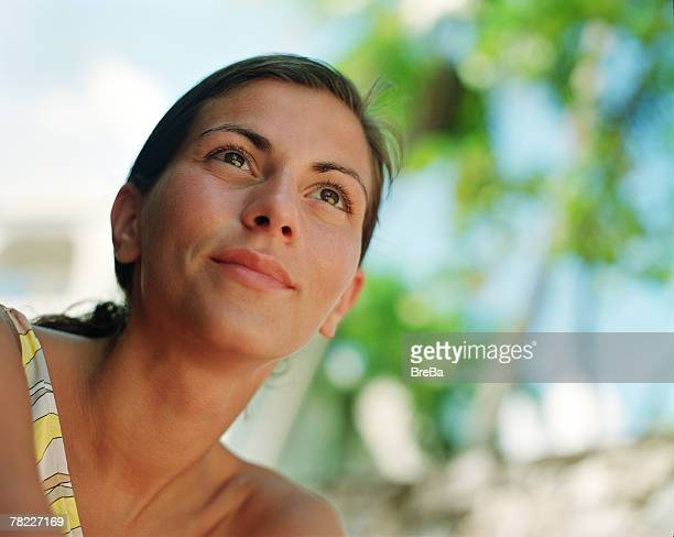 portrait of woman (25-30 years) on vacation - 25 29 years stock pictures, royalty-free photos & images