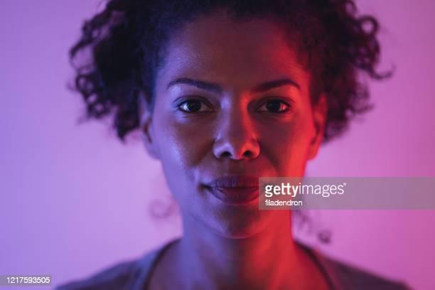 portret van vrouw - verlicht stockfoto's en -beelden