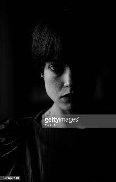 portrait of woman - junge frau rätsel stock-fotos und bilder