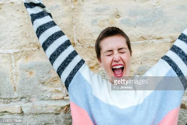 portrait of woman screaming - cabelo curto comprimento de cabelo imagens e fotografias de stock