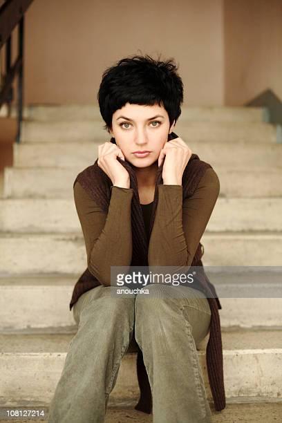 Porträt der Frau sitzt auf Zement Treppe