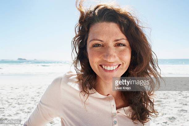portrait of woman smiling on beach - 30 34 ans photos et images de collection
