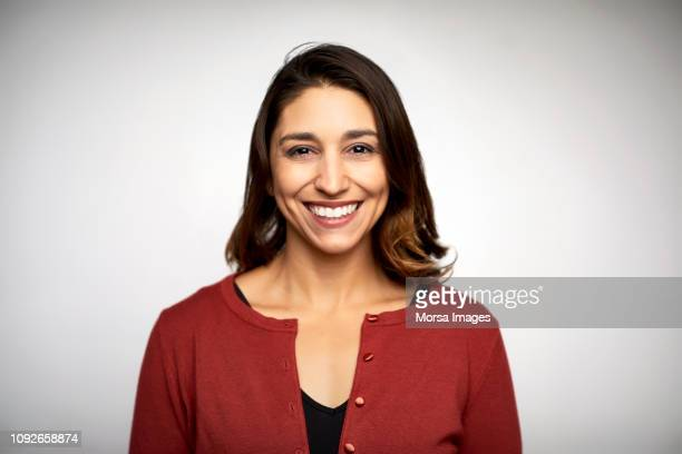 portrait of woman smiling on white background - frontaal stockfoto's en -beelden
