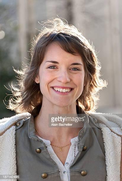 portrait of woman smiling - alain bachellier photos et images de collection