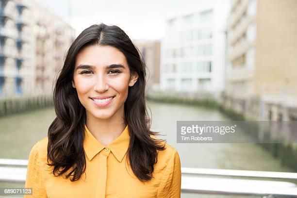 portrait of woman smiling - 20 24 anos imagens e fotografias de stock
