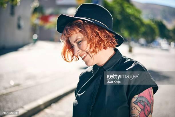 portrait of woman smiling - cabelo pintado de vermelho - fotografias e filmes do acervo