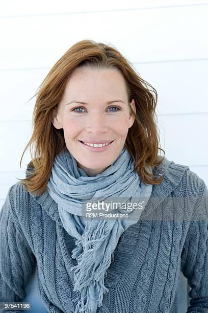 portrait of woman smiling - mittellanges haar stock-fotos und bilder