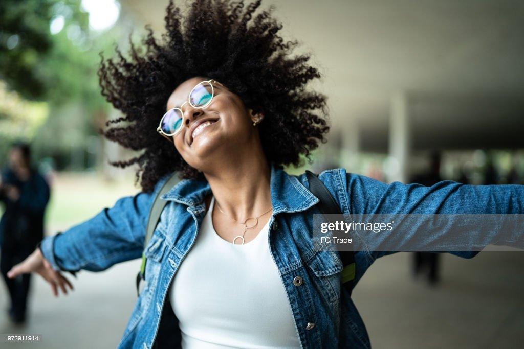 Portrait de femme souriant avec fond coloré : Photo