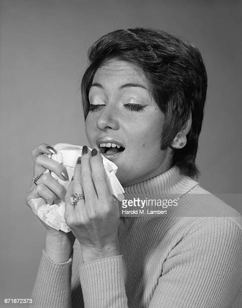 portrait of woman suffering from cold and flu - {{ collectponotification.cta }} foto e immagini stock