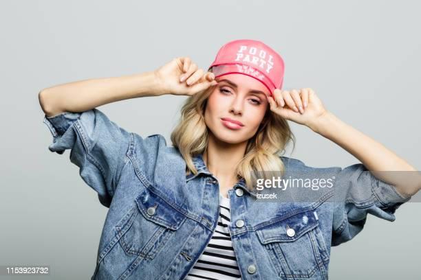 portret van de vrouw het dragen van pool party cap - izusek stockfoto's en -beelden