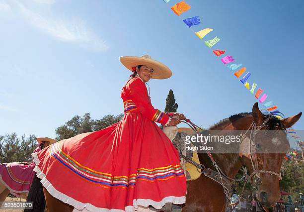 portrait of woman wearing traditional mexican clothing on horse - hugh sitton 個照片及圖片檔