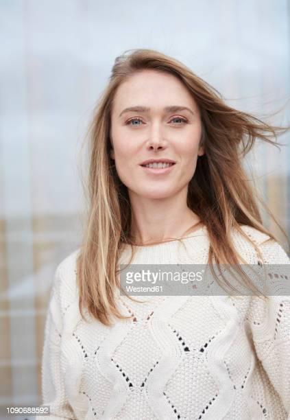 portrait of woman wearing white knit pullover - einzelne frau über 30 stock-fotos und bilder